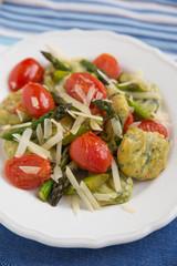 Spinatgnocchi mit Spargel und Tomaten