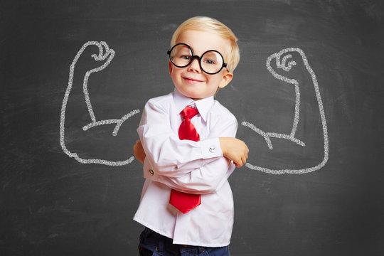 Kind vor Tafel mit Muskeln aus Kreide