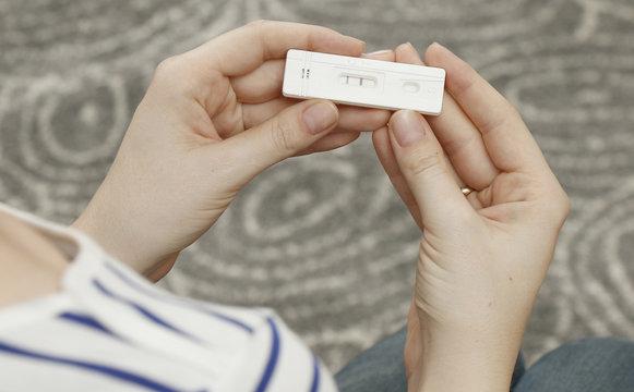 test ciążowy, dłonie