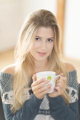 Junge Frau mit Teetasse, Freiburg, Deutschland