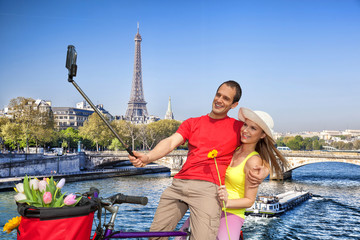 Keuken foto achterwand voetbal Couple Taking Selfie by Eiffel Tower in Paris, France