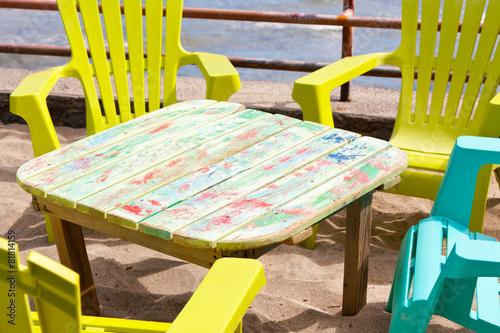 petite table basse et chaises plastique sur plage photo. Black Bedroom Furniture Sets. Home Design Ideas