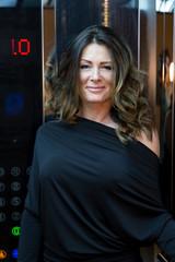 Frau im Aufzug