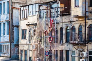 alte Hausfassade mit Fischernetzen in Istanbul, Türkei