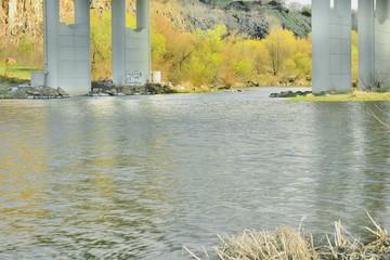 Фрагмент реки под мостом