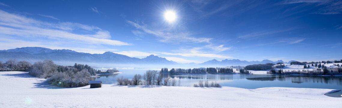 Panorama Winterlandschaft in Bayern mit Forggensee und Alpen