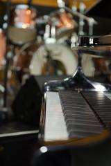 Klavier im Hintergrund ein Schlagzeug