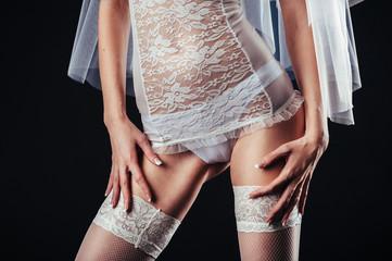 Sexy mooie naakte bruid met sluier in witte erotische lingerie aan