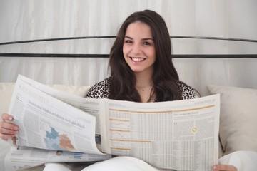 Junge Frau beim Lesen im Bett