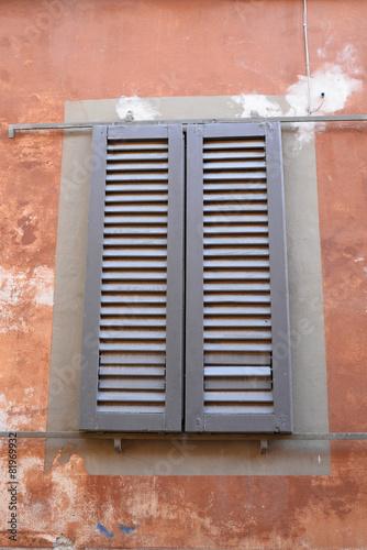 Finestre con persiane scorrevoli grigio facciata palazzo stock photo and royalty free images - Finestre con persiane ...