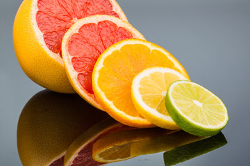 Wall Murals Slices of fruit Spiegelung einer Orange