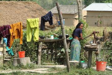 Frau beim Wasser holen in Nepal