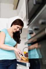 frau schneidet obst in ihrer küche