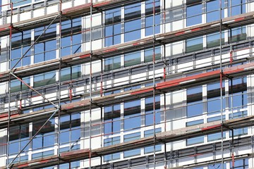 Gerüst an einem neu gebauten Büro-/ Verwaltungsgebäude