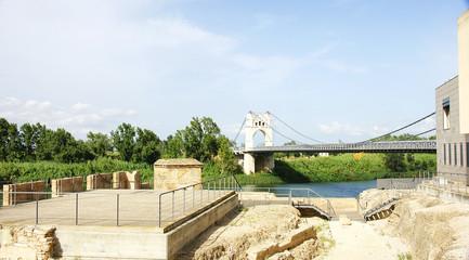 Excavaciones junto al río Ebro con puente, Amposta, Tarragona