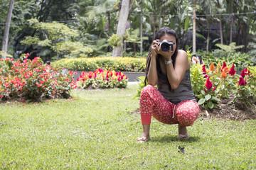 joven tomando fotos