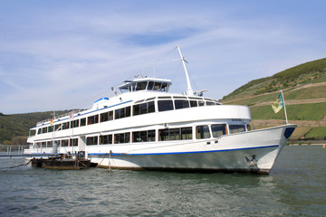 Passagierschiff am Rhein