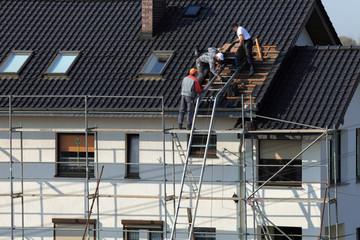 Obraz Dach, wymiana dachówki. - fototapety do salonu