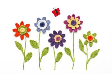 gehäkelte Blumen mit Schmetterling
