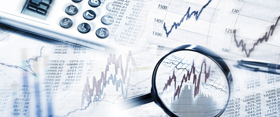 Börsenkurse mit Lupe und Taschenrechner