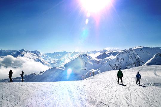 Skipiste Alpenpanorama morgens Gegenlicht Montafon Vorarlberg