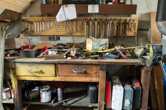 Unordnung auf einer Werkbank mit Werkzeug