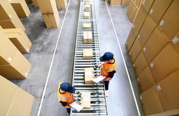 Pakete und arbeiter im Warenversand eines Onlinehandels