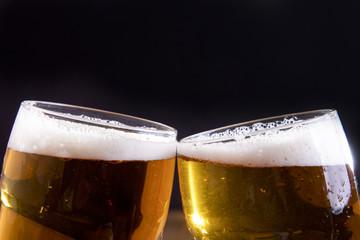 brindisi con bicchieri di birra