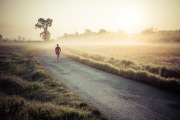 Corsa all' alba su una strada di campagna