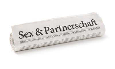 Zeitungsrolle mit der Überschrift Sex und Partnerschaft