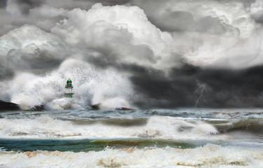 Unwetter an der Küste mit Leuchtturm und Brandung