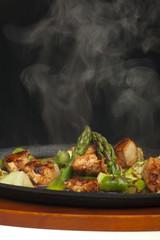 Hühnerfleisch mit Spargel in einer Fleischschale