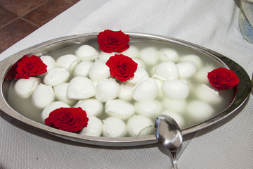 Mozzarelle con rose rosse