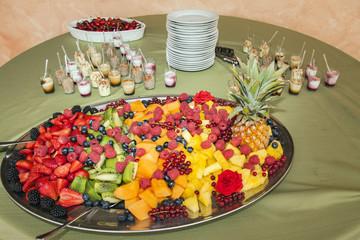Frutta fresca, ananas, fragole e pesche