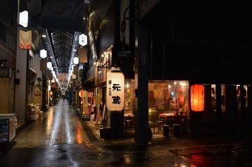 Geschäfte und Restaurants in der Innenstadt von Kyoto, Japan Wall mural