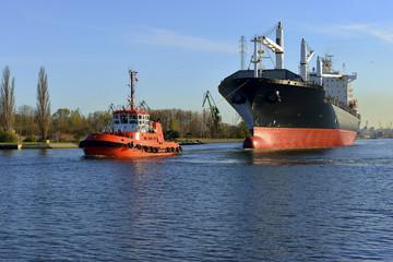Polska, Port Gdański, statek w asyscie holowników