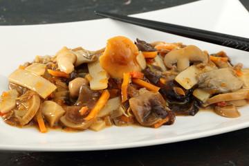cibo asiatico funghi e verdure