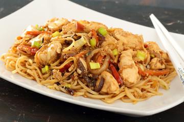 cibo asiatico pollo verdure e spaghetti