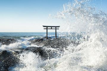 Wall Mural - Große Welle vor japanischem Torii in Japan