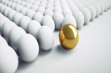 Goldenes Ei zwischen weißen Eiern