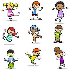 Viele glückliche Kinder springen und lachen