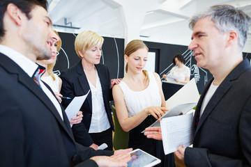 Geschäftsleute reden im Büro miteinander