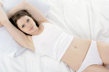 Frau liegt in Bett