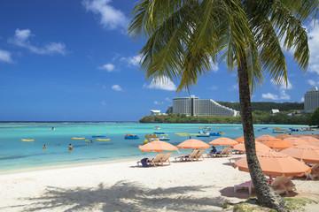 Fotomurales - タモン湾のサンゴ礁の海とリゾート風景
