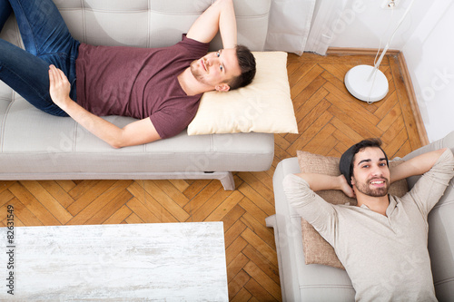 freunde chillen auf dem sofa imagens e fotos de stock royalty free no imagem. Black Bedroom Furniture Sets. Home Design Ideas