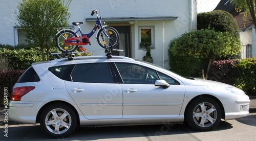 kinderfahrrad transportiert auf dem autodach eines pkws. Black Bedroom Furniture Sets. Home Design Ideas