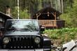 Geländewagen vor der Holzhütte