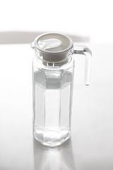 Glaskrug gefüllt mit Trinkwasser
