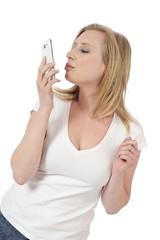 jeune femme blonde téléphonant