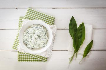 Printed kitchen splashbacks Dairy products Schale mit Bärlauch-Quark, Bärlauch auf Küchenpapier